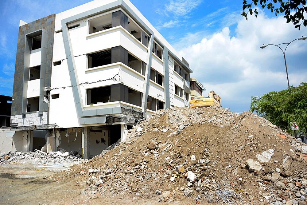 Continúan las demoliciones de casas y edificios en Portoviejo
