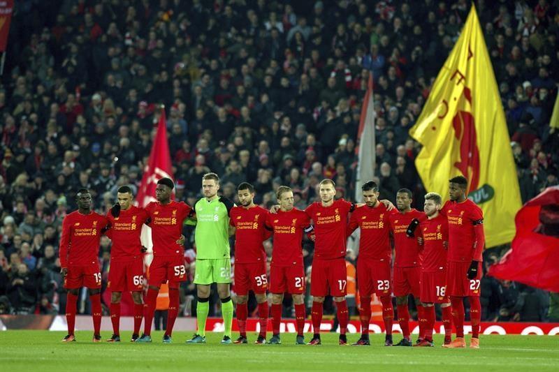 Los jugadores del Liverpool guardan un minuto de silencio por el accidente de avión de Colombia en el que perecieron los jugadores del Chapecoense
