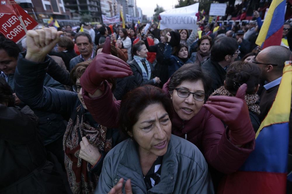 En la avenida de Los Shyris, en Quito, decenas de personas salieron a las calles en rechazo al proyecto de Ley para Evitar la Especulación sobre el Valor de las Tierras y Fijación de Tributos, más conocido como Ley de Plusvalía.