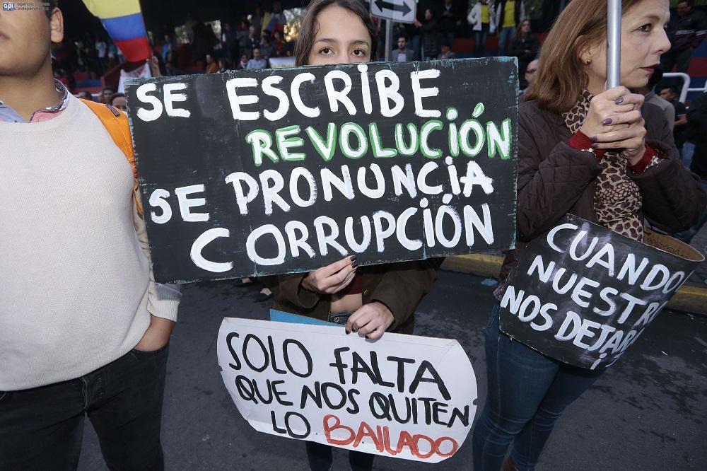 Los ciudadanos mostraron diversos carteles durante su protesta en Quito, la cual era pacífica.