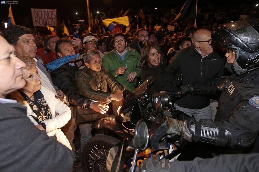 Ya en horas de la noche, la tensión fue aumentando entre manifestantes y policías.