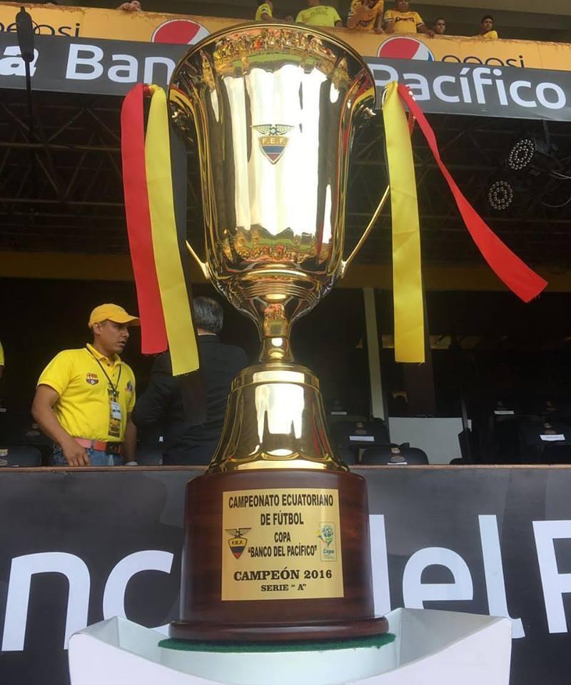 La copa que recibió el campeón del torneo 2016