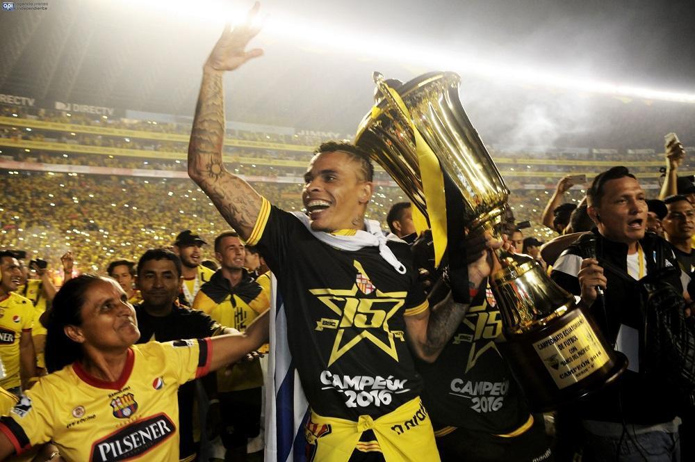 Jonathan Álvez con la copa de campeón