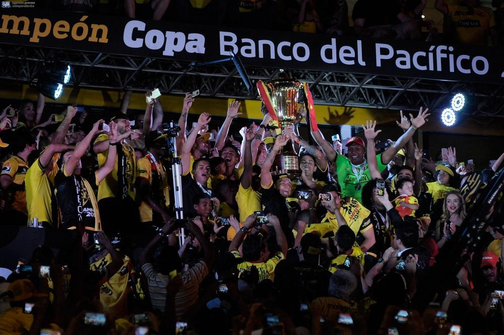 Momentos en los que los jugadores alzaban la copa de campeón
