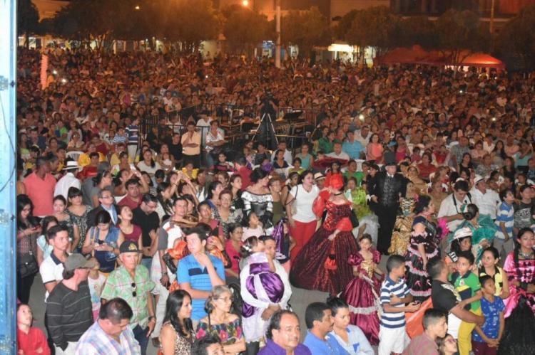 Miles de personas disfrutaron de la 'verbena chonera'
