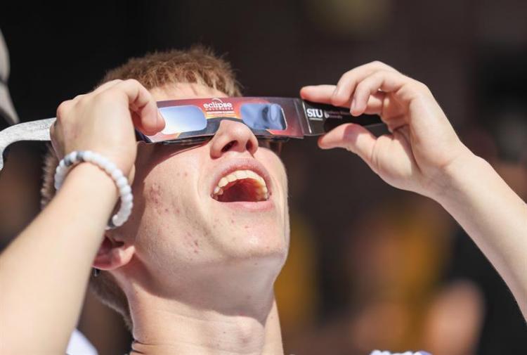 Eclipse total de sol sorprendió a millones de personas alrededor del mundo