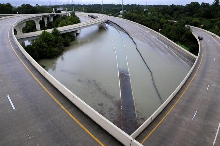 Grandes inundaciones golpean la ciudad de Houston en el estado de Texas, Estados Unidos, tras el huracán Harvey