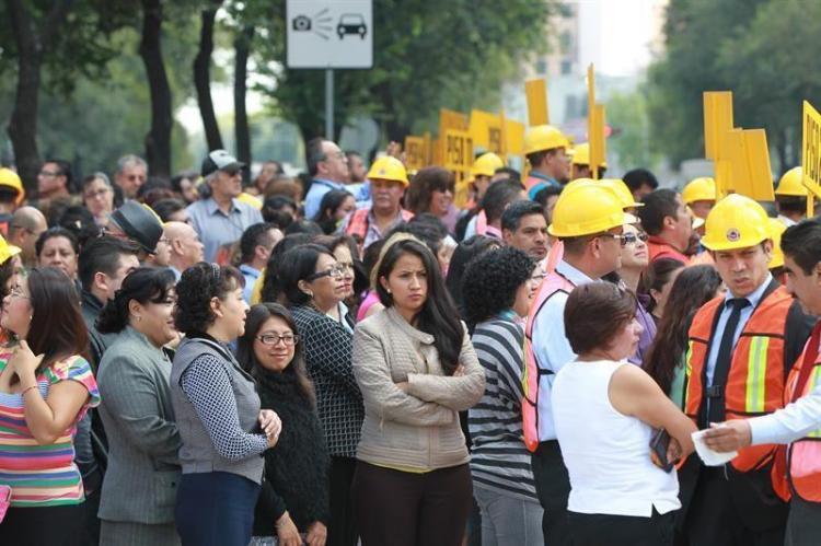 Sismo de 7,1 grados de magnitud sacude la capital de México y causa escenas de pánico