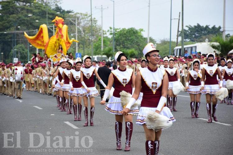 Alegría y colorido en el desfile por los 197 años de Independencia de Portoviejo