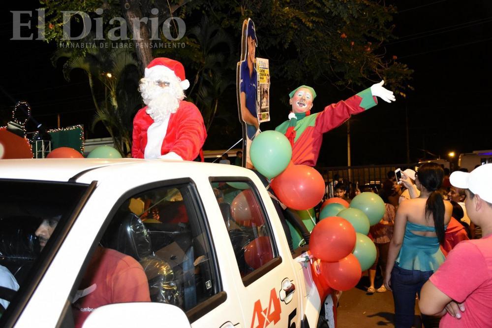 Papá Noel y el Duende Dan fueron los encargados de poner el toque divertido de la noche, la cual reunió a cientos de niños y adultos.