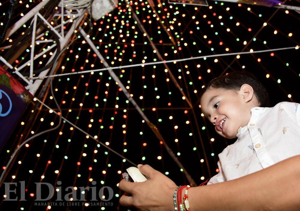 Las luces del árbol dibujaron sonrisas en los pequeños. El pequeño Sebastián García fue el encargado de encenderlo.