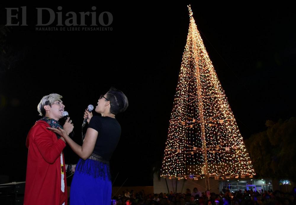 Los cantantes manabitas Maverick y Luisa EFE deleitaron al público con su música.