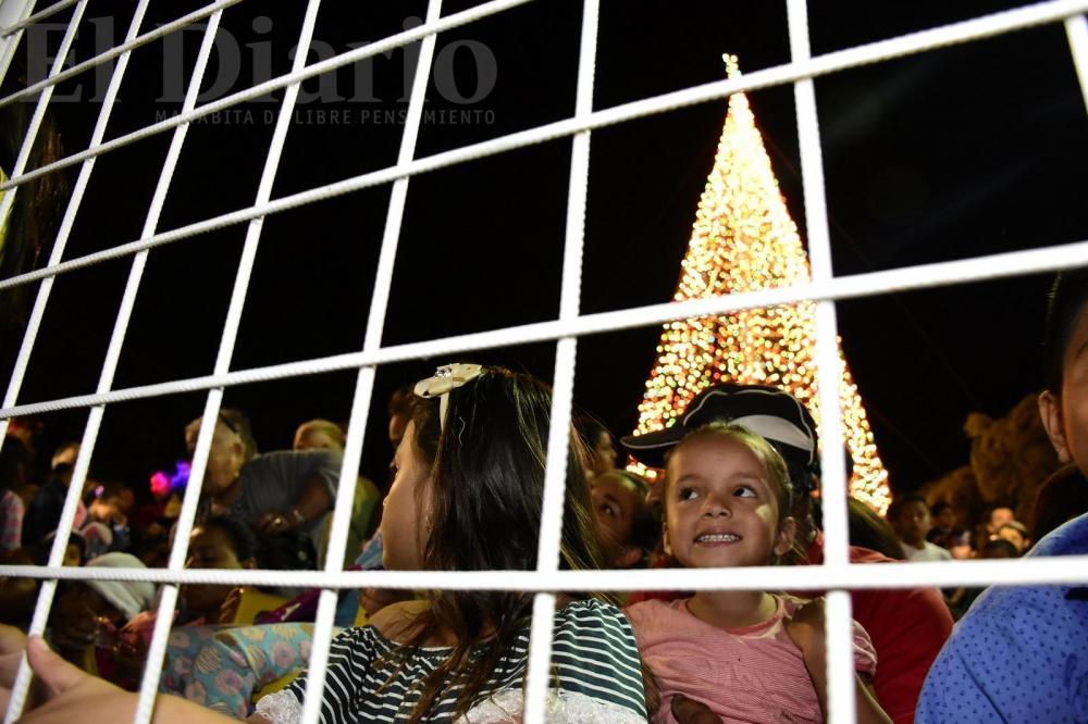 Luces y fuegos artificiales marcaron el tradicional acto, que es una fiesta para niños y adultos.