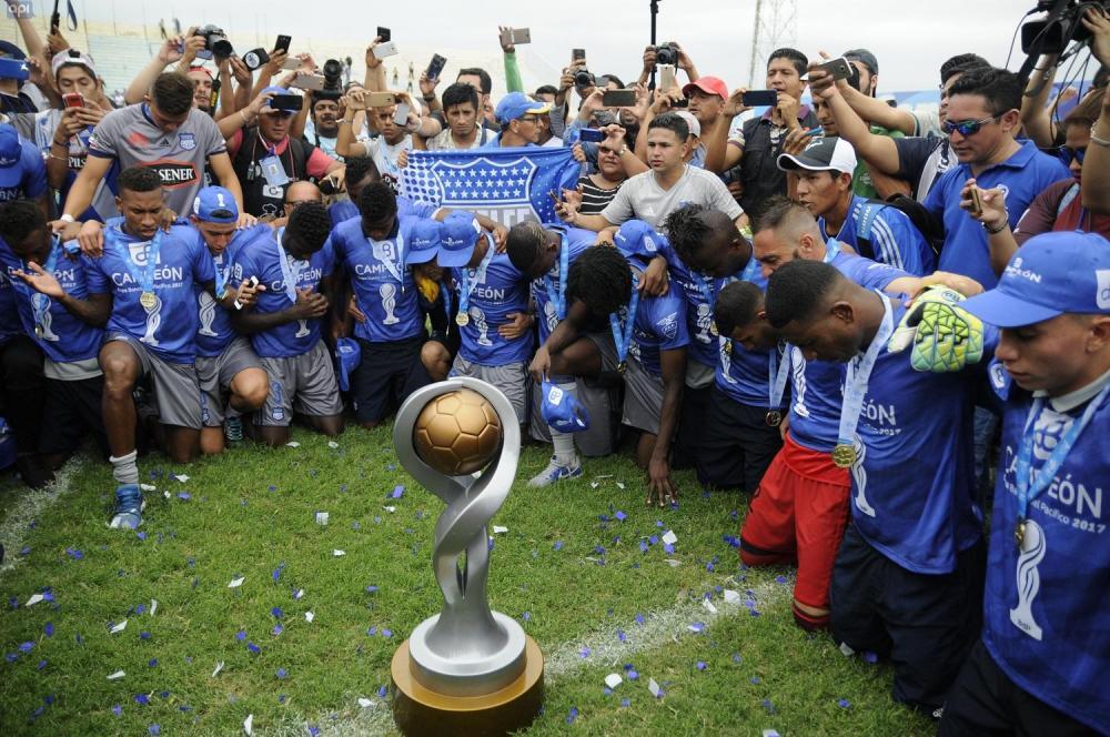 Los 'eléctricos' alzaron la copa en el estadio Jocay de Manta, el cual lució copado de hinchas emelecistas.