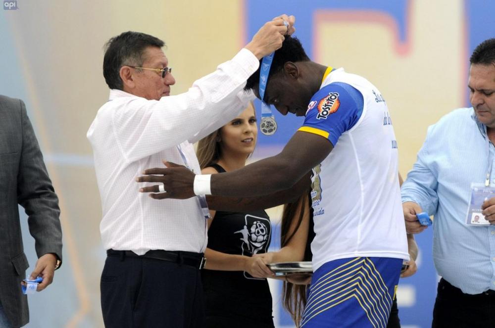 Los miembros del Delfín recibieron con humildad las medallas de vicecampeón, tras un año de hazaña histórica para el club manabita.