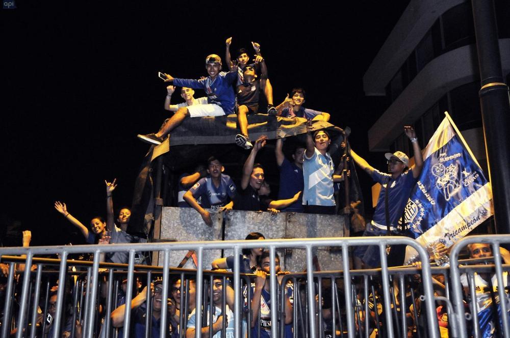 Hinchas 'azules' recibieron con alegría a su equipo en las calles guayaquileñas.