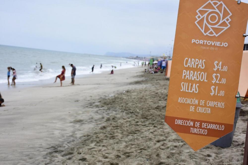 Turistas de Manabí y otras provincias visitaron la playa de Crucita, donde se ofertaba el servicio ya regulado de carpas, parasoles y sillas.