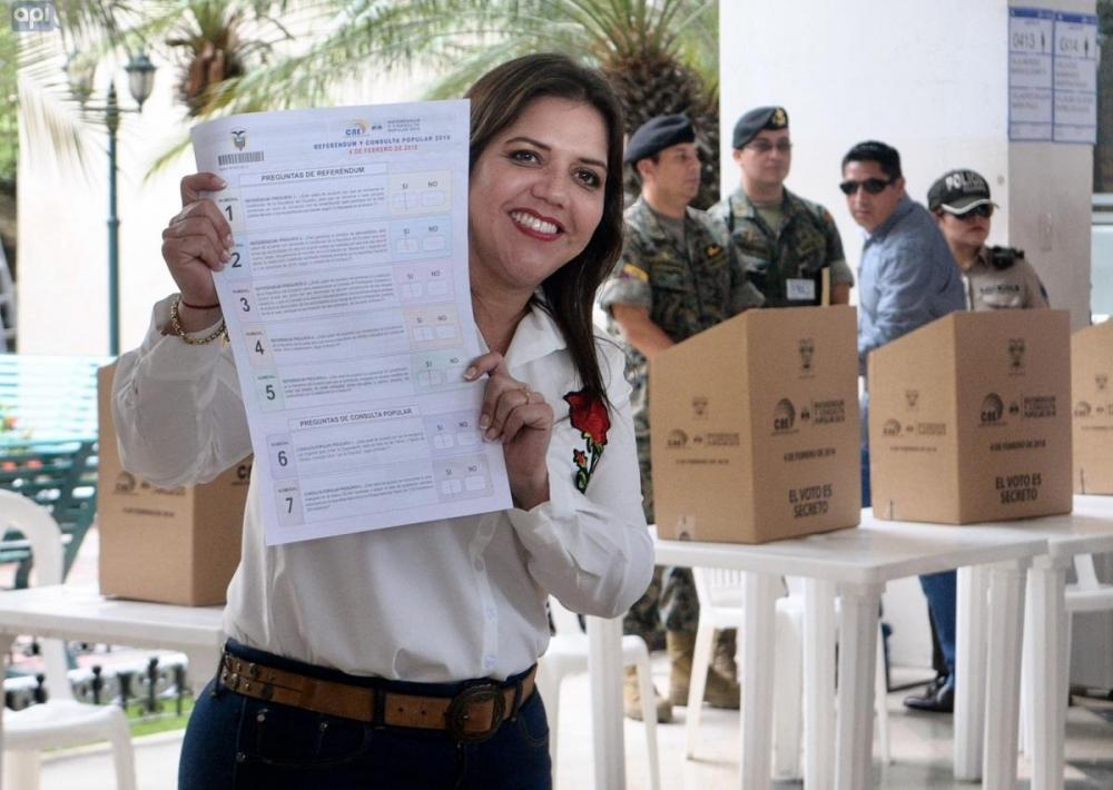 María Alejandra Vicuña, vicepresidenta de Ecuador, ejerció su derecho al voto en la Universidad Católica Santiago de Guayaquil.