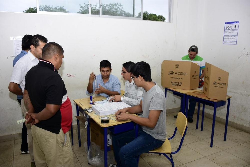 En la junta receptora del voto del Colegio Olmedo (Portoviejo) se vio un gran despliegue de personas. En este lugar, el área de mujeres fue ubicada en un cancha, donde los hombres no tuvieron acceso.