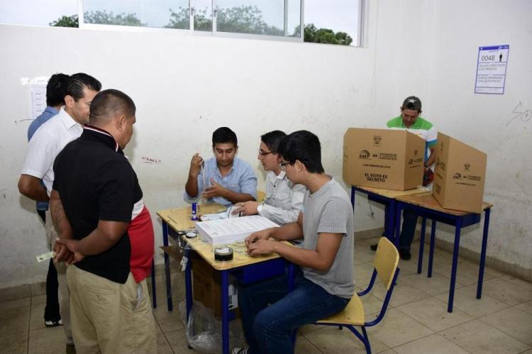 Más de 13 millones de ecuatorianos acuden a las urnas por la consulta popular y referéndum