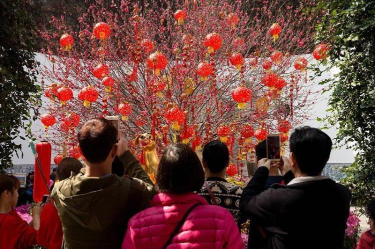China reciben el Año del Perro con una explosión de color y espiritualidad