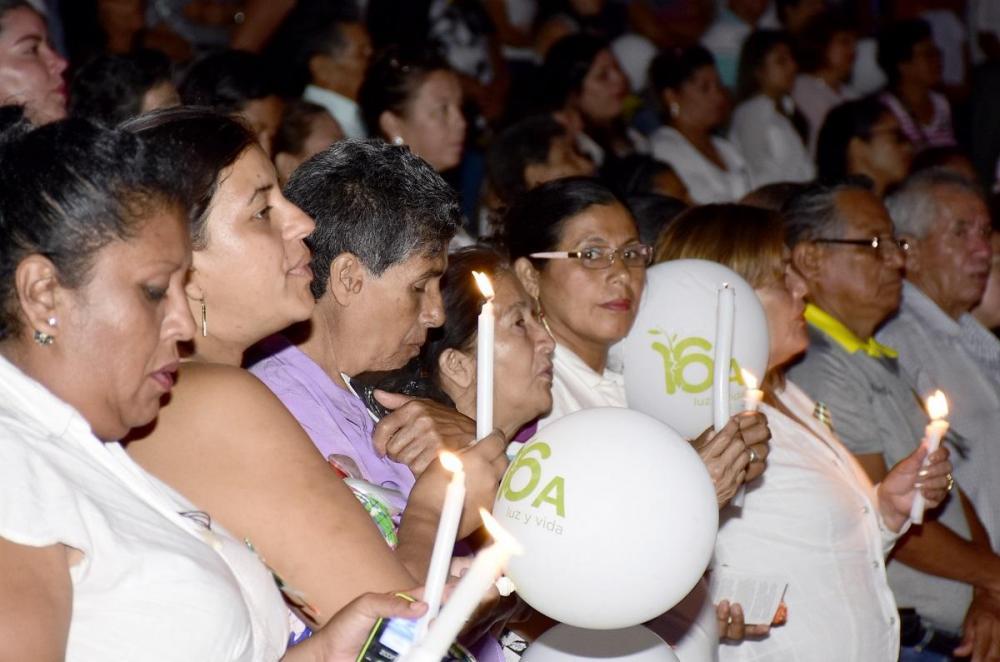 Con globos miles de personas alzaron su 'luz al cielo' en memoria de los fallecidos