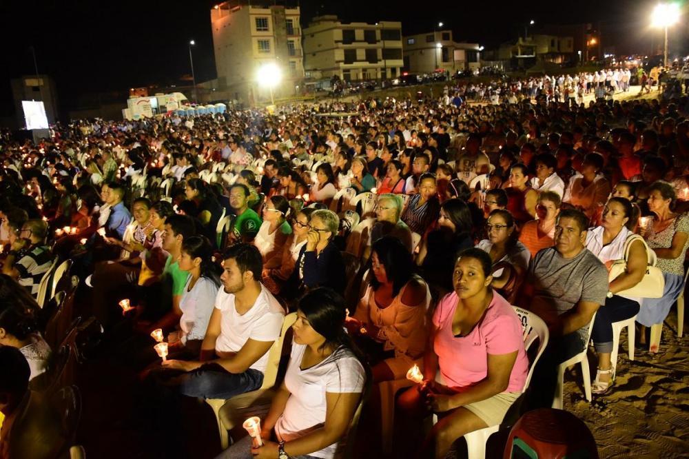 En Manta, miles de personas prendieron velas recordando el 16 A
