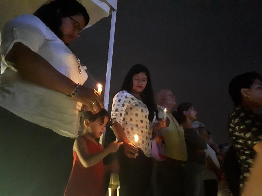 Familias acudieron en compañía de pequeños a la misa campal