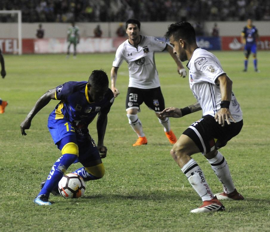 Henry Patta intenta rebasar una jugada contra un jugador del conjunto chileno.