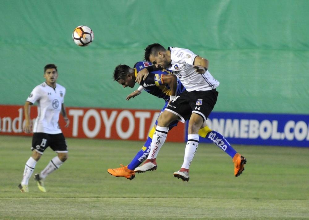 Jugador del conjunto manabita pelea el balón con Matías Zaldivia, del equipo chileno