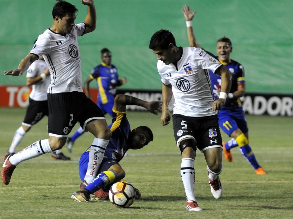 Fernando Meza lucha para obtener el balón y manda al piso a Nazareno