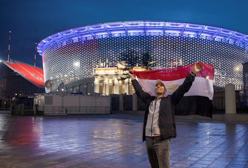 Un fan del equipo egipcio levanta la bandera nacional de Egipto en Ekaterinburg, Rusia.