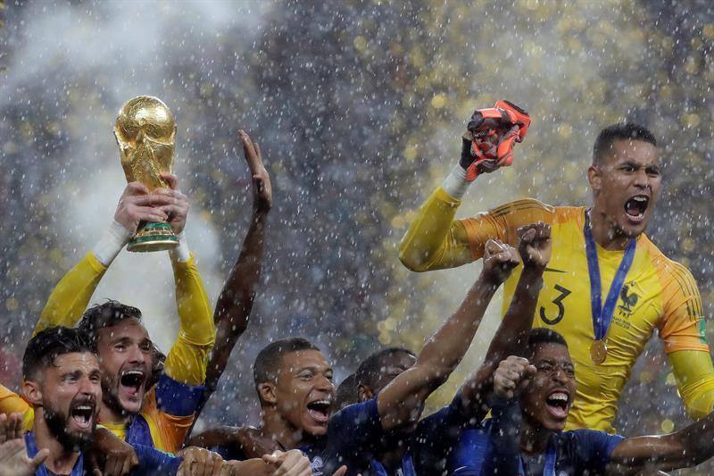 Los jugadores franceses alzaron la copa con alegría en el estadio Luzhniki.