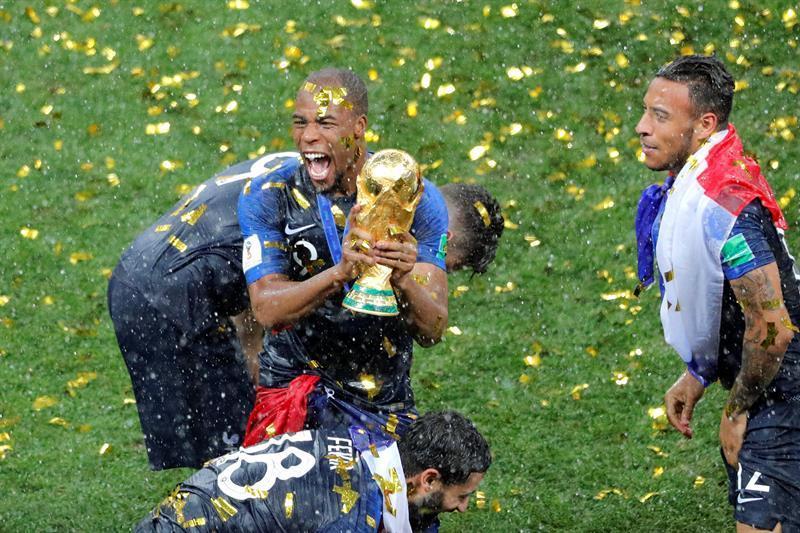 El jugador francés, Djibril Sidibe agarra el trofeo de la gloria.