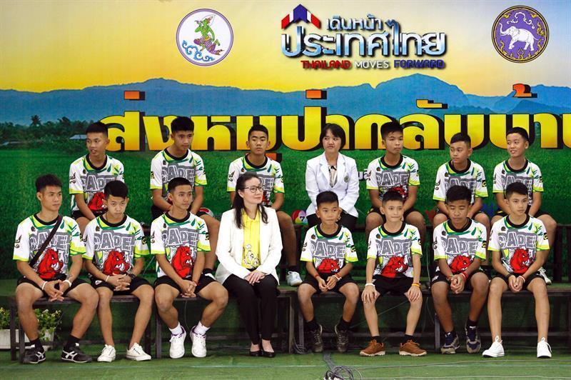 Los doce chicos y su entrenador que fueron rescatados tras pasar más de dos semanas atrapados en una cueva del norte de Tailandia salieron del hospital.