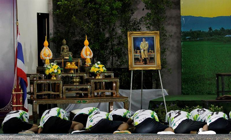 Los doce niños y su entrenador rescatados del interior de una cueva en el norte de Tailandia muestran sus respetos ante un retrato del rey de Tailandia, Maha Vajiralongkorn, durante su primera aparición pública.