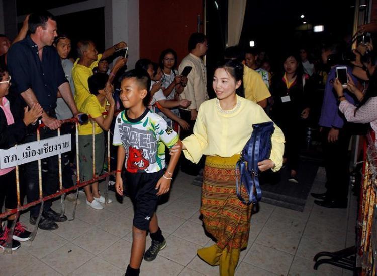 Los chicos y su entrenador rescatados de la cueva tailandesa salen del hospital