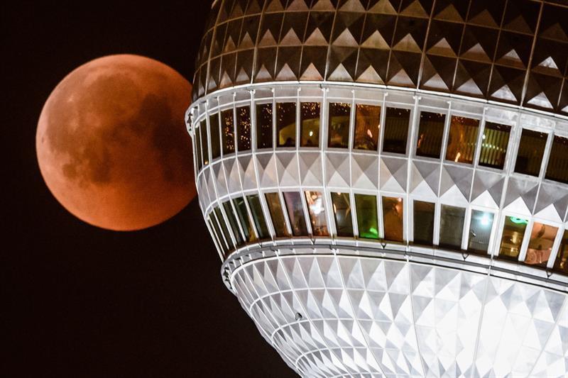El color rojo de la luna se puede ver desde el otro lado de una torre televisiva en Berlín.