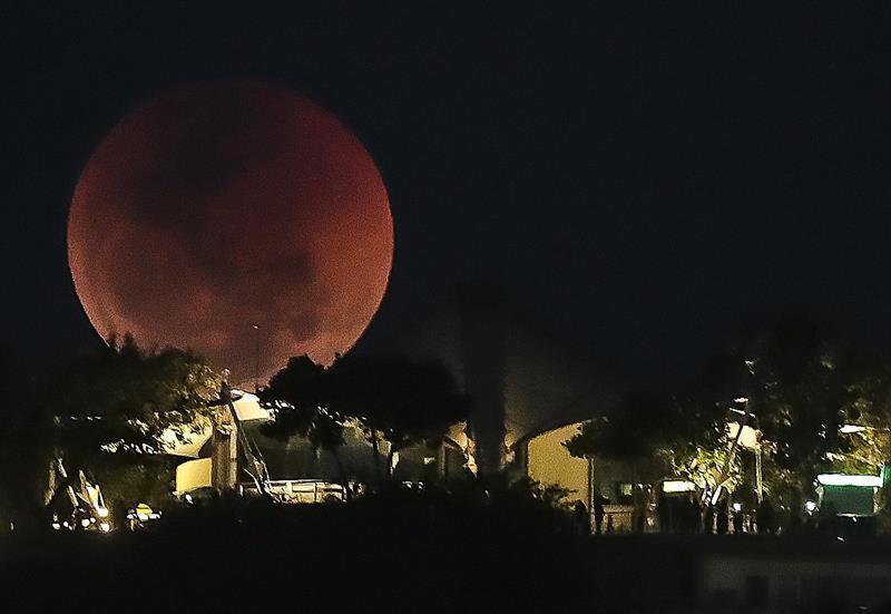 En Brasil también se pudo visualizar la luna de sangre, la misma que es consecuencia del comportamiento de la atmósfera terrestre frente a los rayos solares.