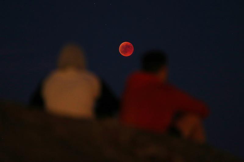 En Portugal una pareja aprecia el fenómeno que ha sido considerado como uno de los eventos del año.