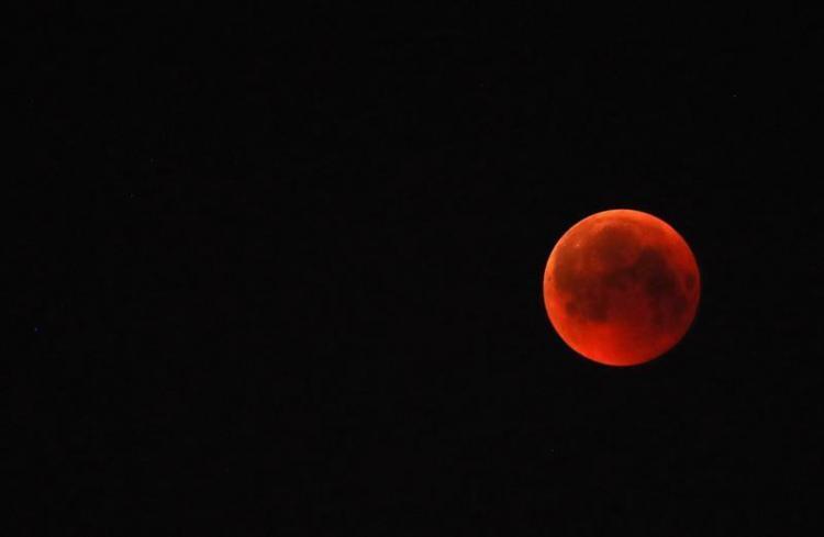 La luna se tiñe de 'sangre' en el eclipse más largo del siglo