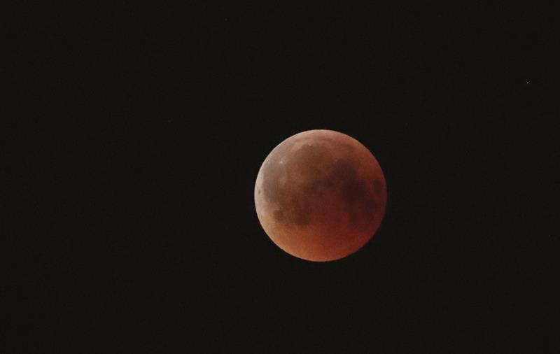 La tonalidad rojiza de la Luna, un fenómeno conocido popularmente como 'luna de sangre'.