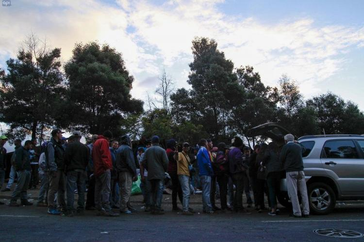 Al rededor de 150 Venezolanos que migraron al Ecuador se encuentran reunidos frente al Terminal de Carcelén, en Quito
