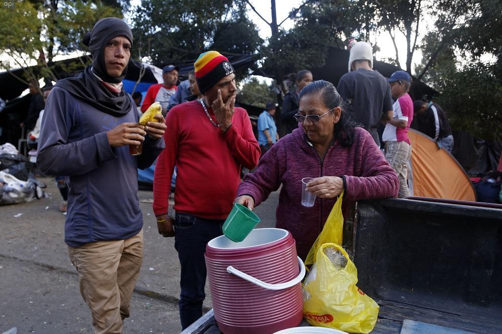 Al rededor de 150 Venezolanos que migraron al Ecuador se encuentran reunidos frente al Terminal de Carcelén, en Quito. Fotos: API