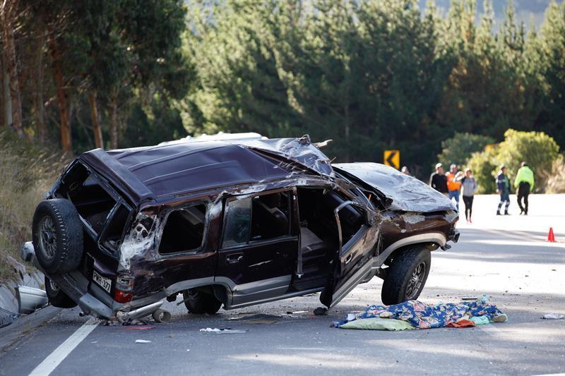 El choque se dio entre un autobús turístico y un todoterreno en una carretera a 30 kilómetros de Quito.