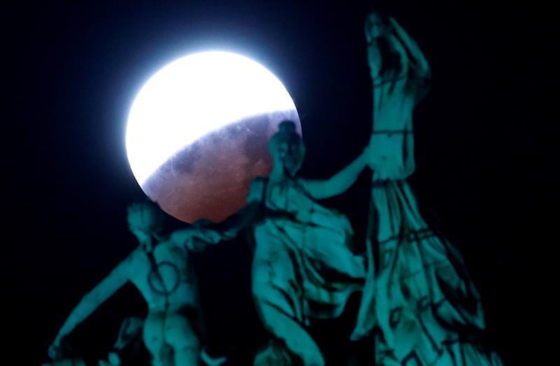 Las mejores fotos del eclipse de luna roja alrededor del mundo-Bélgica