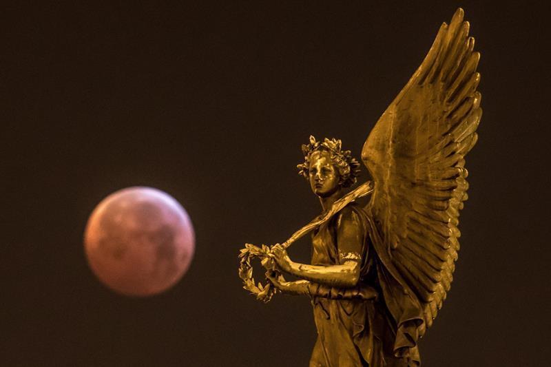 Las mejores fotos del eclipse de luna roja alrededor del mundo-República Checa