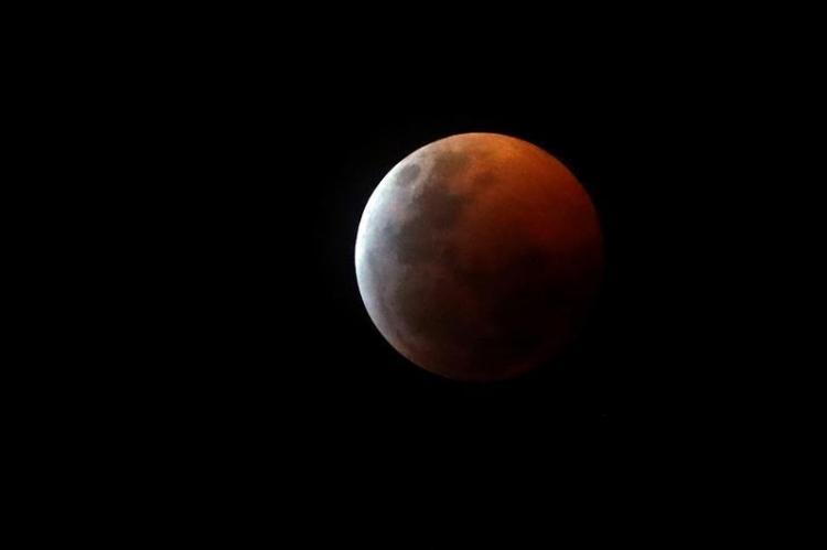 Las mejores fotos del eclipse de luna roja alrededor del mundo