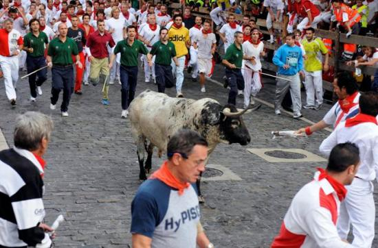 Segundo encierro de San Fermín deja dos heridos por asta de toro