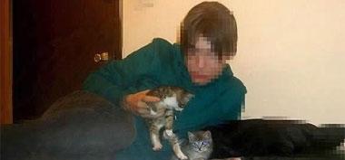 Horrible: Usuarios de internet buscan a un joven que grabó cómo mataba a dos gatos